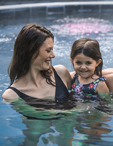 Maman et enfant dans le bassin thermal